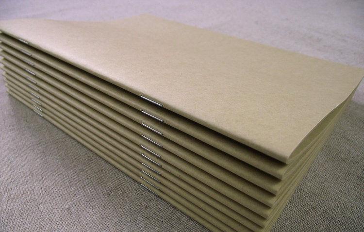 釘書是將書芯的各個書帖用一定方式訂牢的過程。釘書的方式通常為騎馬訂、鎖線膠訂、無線膠訂和膠圈裝訂,對于一些精裝書有更特殊的裝訂方式。 騎馬訂是一種非常常用的書本裝訂方式,其釘書動作如跨上馬背,故名。 薄本書的書頁套好后,跨放在鐵架上,以穿壓鐵線釘。騎馬訂書的過程中使用的不是預先制作好的訂書釘,而是在生產中機器卷成一卷的金屬線上切下一段,把它釘入紙張中,并在紙張的另一側將鐵絲彎曲固定。